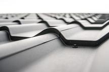 Tipy na jarní údržbu domu: kontrola střechy a okapů nestačí, nezapomeňte na rolety či vrata